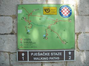 turistická mapa na zdi pošty vBristu